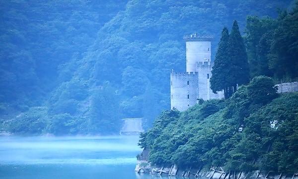 キャンピングカーで夏の長旅 宇奈月ダム 古城のような